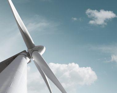 Windkraft Anlage mit zartem Wolken Hintergrund und Freiraum fr eigenen Text